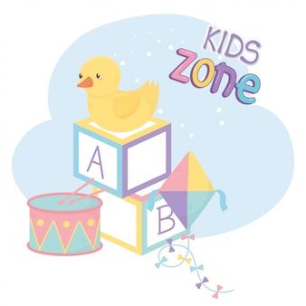 Zona infantil, blocos de alfabeto, pipa de pato e brinquedos de bateria