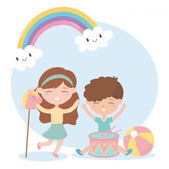 Zona infantil, bonitinho menino e menina tambor bola e cavalo brinquedos