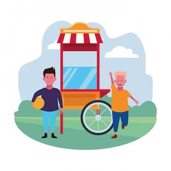 Zona infantil, dois meninos com playground de barraca de comida e bola