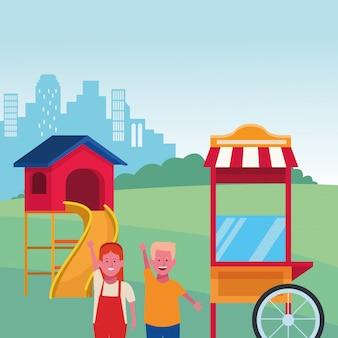 Zona infantil, feliz menino e menina comida cabine slide cidade parque infantil