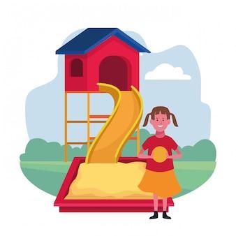 Zona infantil, garota feliz com playground de sandbox de slide de bola