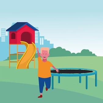Zona infantil, garoto bonito com cama elástica e playground de slides