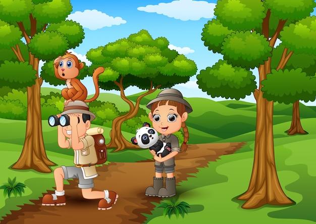 Zookeeper menino e menina com animais na selva