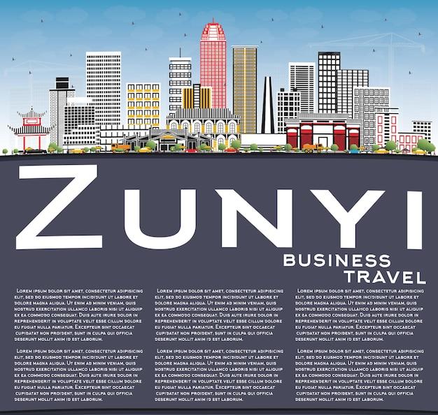 Zunyi china city skyline com edifícios de cinza, céu azul e espaço de cópia. viagem de negócios e conceito de turismo com arquitetura moderna. zunyi cityscape com pontos de referência.