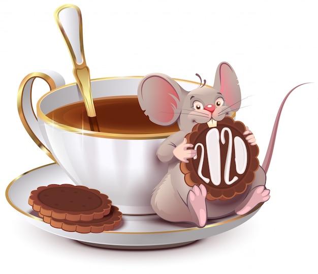 2020 anni di ratto secondo il calendario cinese. il topo sveglio si siede dalla tazza di caffè e mangia il biscotto