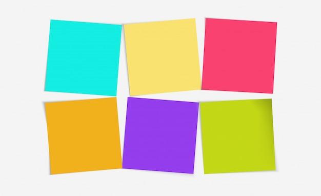 6 azioni colorate di post notes impostate su lavagna bianca