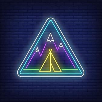 Accampamento nell'insegna al neon delle montagne