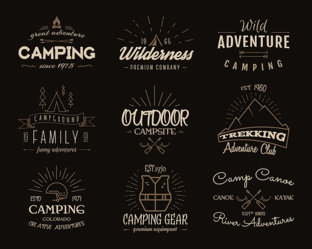 Accumulazione dei distintivi di avventura del campo. grafica di loghi escursionistici retrò. emblemi di campeggio e insegne di viaggio. colori vintage.