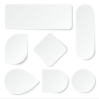 Adesivi di carta bianca. etichette vuote, cartellini a forma rettangolare e rotonda.