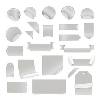 Adesivi di carta ed etichette isolati su sfondo bianco.