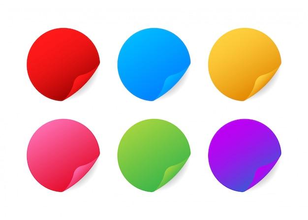 Adesivi realistici. adesivi rotondi multicolori con bordi piegati.