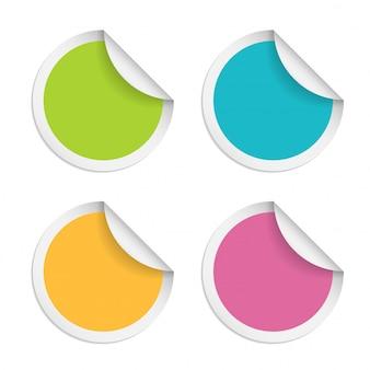 Adesivi rotondi con bordo arricciato isolato su sfondo bianco