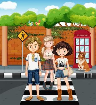Adolescenti in piedi sul passaggio pedonale