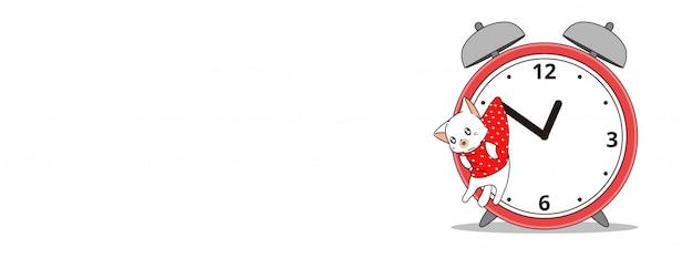 Adorabile gatto è appeso all'orologio