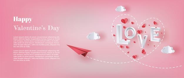 Aereo di carta che vola nel cielo con la lettera amore e molti cuori galleggianti.
