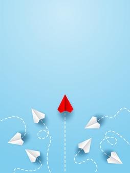 Aereo di carta rosso cambiando direzione dall'aereo di carta bianco