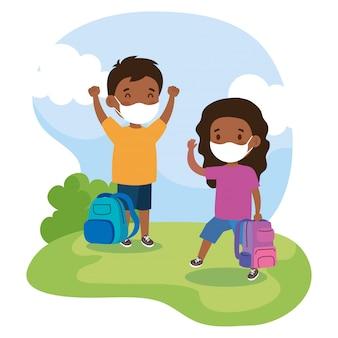 Afro degli studenti svegli che indossano la maschera medica per prevenire il coronavirus covid 19 con la borsa di scuola su all'aperto