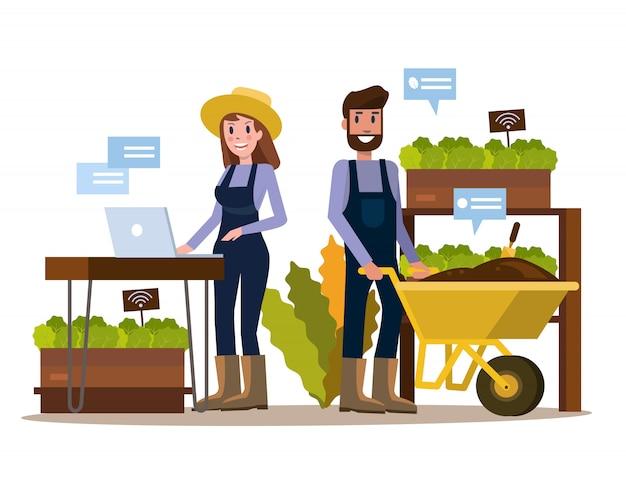 Agricoltore moderno che utilizza compressa nella serra.