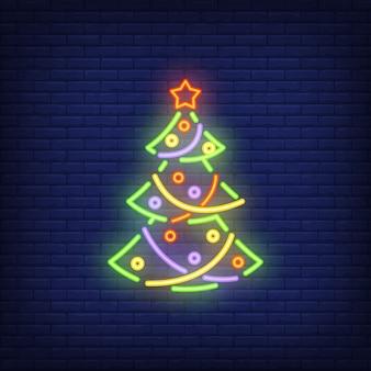 Albero di Natale al neon con ornamenti. Elemento festivo
