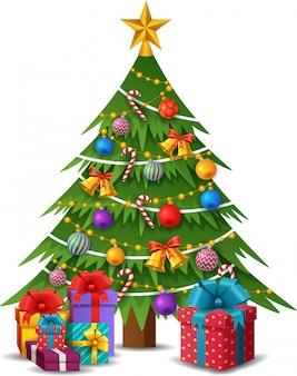 Albero di natale con decorazioni e scatole regalo.