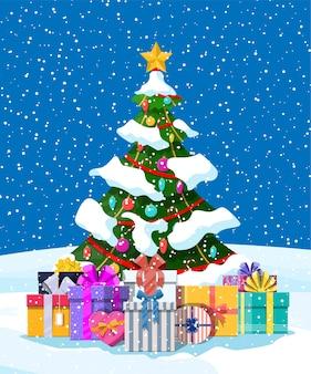 Albero di natale decorato con palline colorate, luci di ghirlande, stella d'oro. molte scatole regalo. abete rosso, albero sempreverde. biglietto di auguri, poster festivo. nuovo anno.
