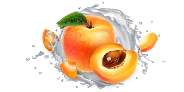 Albicocche fresche e una spruzzata di latte o yogurt su uno sfondo bianco.