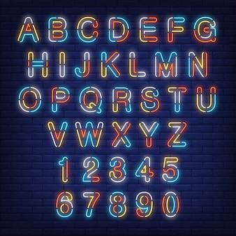 Alfabeto inglese e numeri segno al neon colorato.