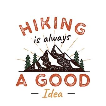 All'aperto adventure badge con citazione escursionismo è una buona idea e montagne, alberi, scatti di sole.