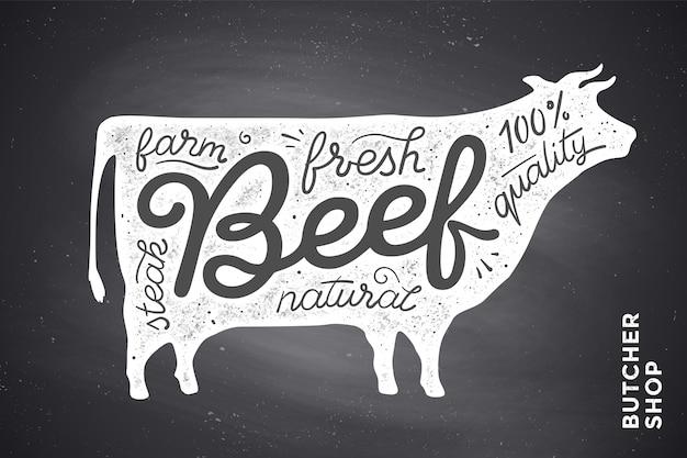 Alla moda con sagoma di mucca rossa e parole manzo, fresco, bistecca, naturale, fattoria. grafica creativa per macelleria, mercato contadino. poster per tema relativo alla carne.