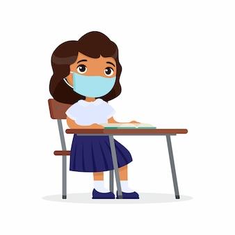 Allievo a lezione con la maschera protettiva sul suo insieme di illustrazioni piane di vettore del fronte. la scolaretta dalla pelle scura è seduta in una classe della sua scrivania. protezione da virus, concetto di allergie.
