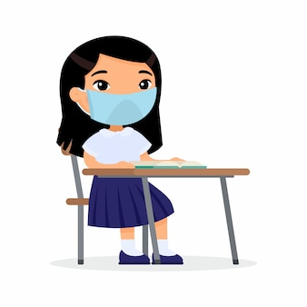 Allievo a lezione con la maschera protettiva sul suo insieme di illustrazioni piane di vettore del fronte. studentessa asiatica è seduta in una classe di scuola alla sua scrivania. protezione del coronavirus, concetto di allergie.