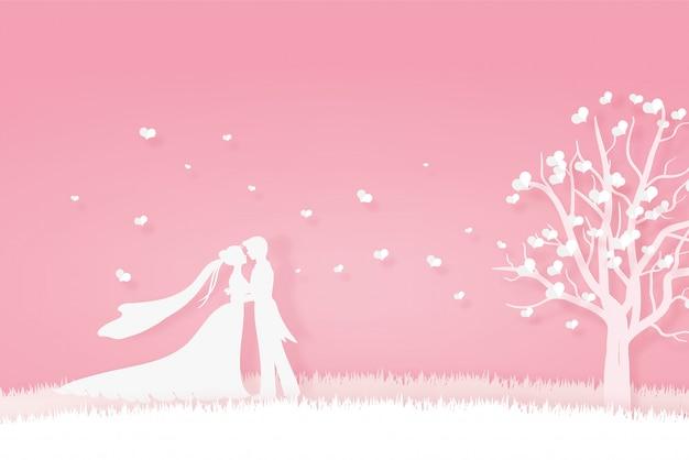 Amante in abito da sposa che abbraccia sul prato
