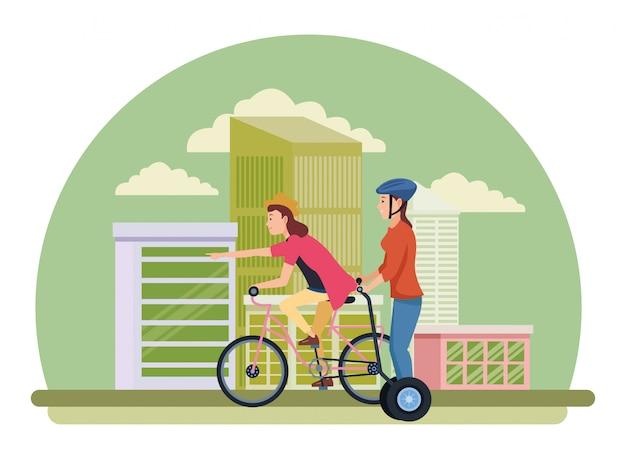 Amici a cavallo con bicicletta e scooter elettrico