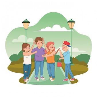Amici di adolescenti che sorridono e si divertono