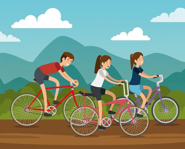Amici donne e uomo in sella a una bicicletta