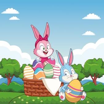 Amici felici del coniglietto di pasqua sveglio cesto di uova sulla natura