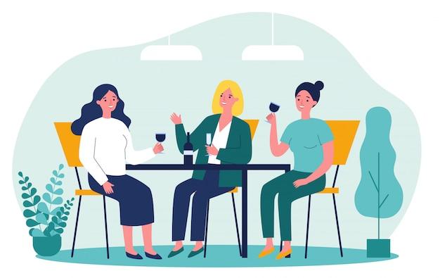 Amici femminili felici che vanno in giro nel caffè