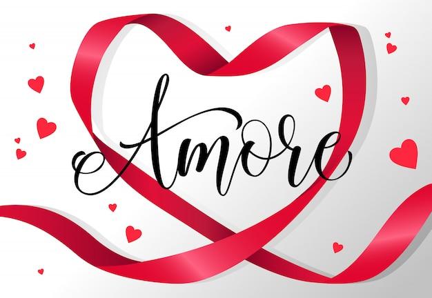 Amore scritta nel telaio del nastro a forma di cuore rosso