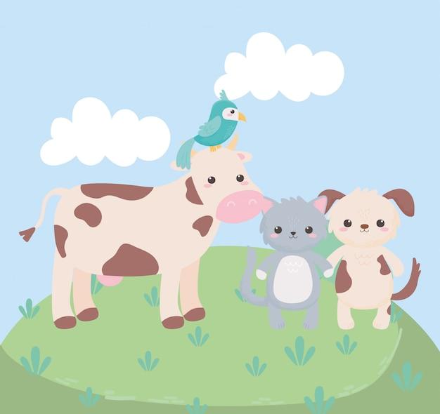 Animali del fumetto dell'erba del pappagallo del cane del gatto della mucca sveglia in un paesaggio naturale