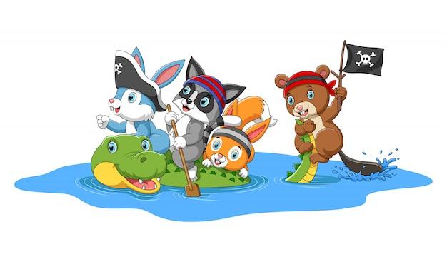Animali felici che giocano i pirati con il coccodrillo