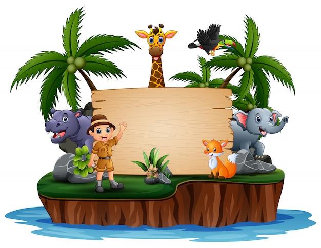 Animali selvatici con il guardiano dello zoo sul segno di legno