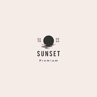 Annata dei pantaloni a vita bassa dell'illustrazione della costa del golfo del mare dell'icona di logo di tramonto retro