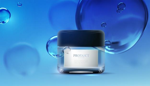 Annunci di crema anti invecchiamento di bellezza. progettazione del pacchetto di cosmetici su sfondo liquido blu con bolle d'acqua.