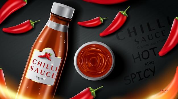 Annunci di prodotti di salsa piccante al peperoncino e peperoncini a forma di fuoco con effetto fuoco ardente sul nero