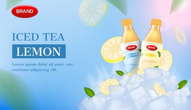 Annuncio di tè freddo. ghiaccio e fetta di limone con bottiglie di tè
