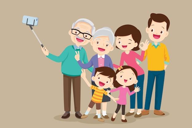 Anziani che fanno foto selfie con la famiglia