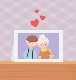 Anziani, coppia carina nonni cornice per foto in tavola