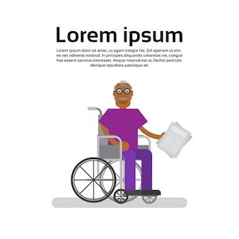 Anziano uomo afroamericano su sedia a rotelle nonno