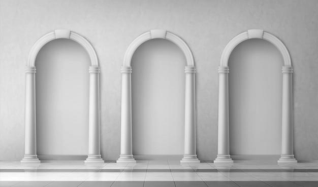 Archi con colonne nel muro, cancelli con pilastri