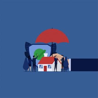 Assicurazione sulla casa. ombrello della tenuta della mano della casa di sicurezza del segno di spunta della guardia di clic dell'uomo